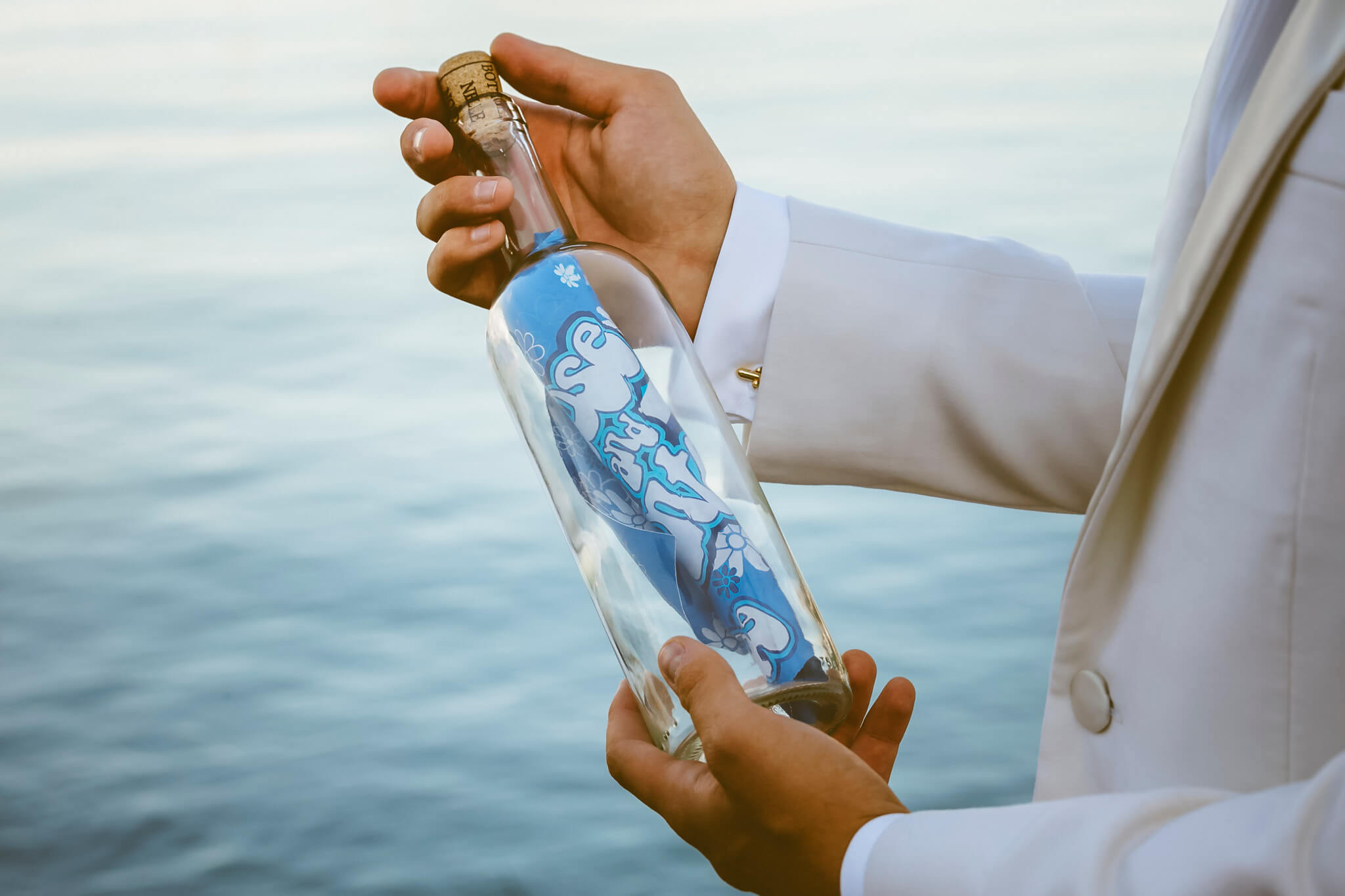 How to organize a styled photoshoot. Luca Ranja photography, wedding on a motor boat, blue bottle