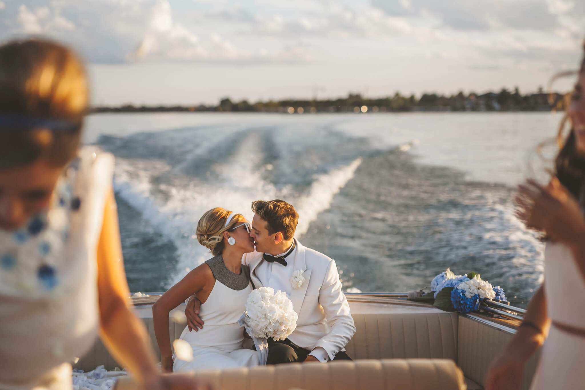 How to organize a styled photoshoot. Luca Ranja photography, wedding on a motor boat, Venice